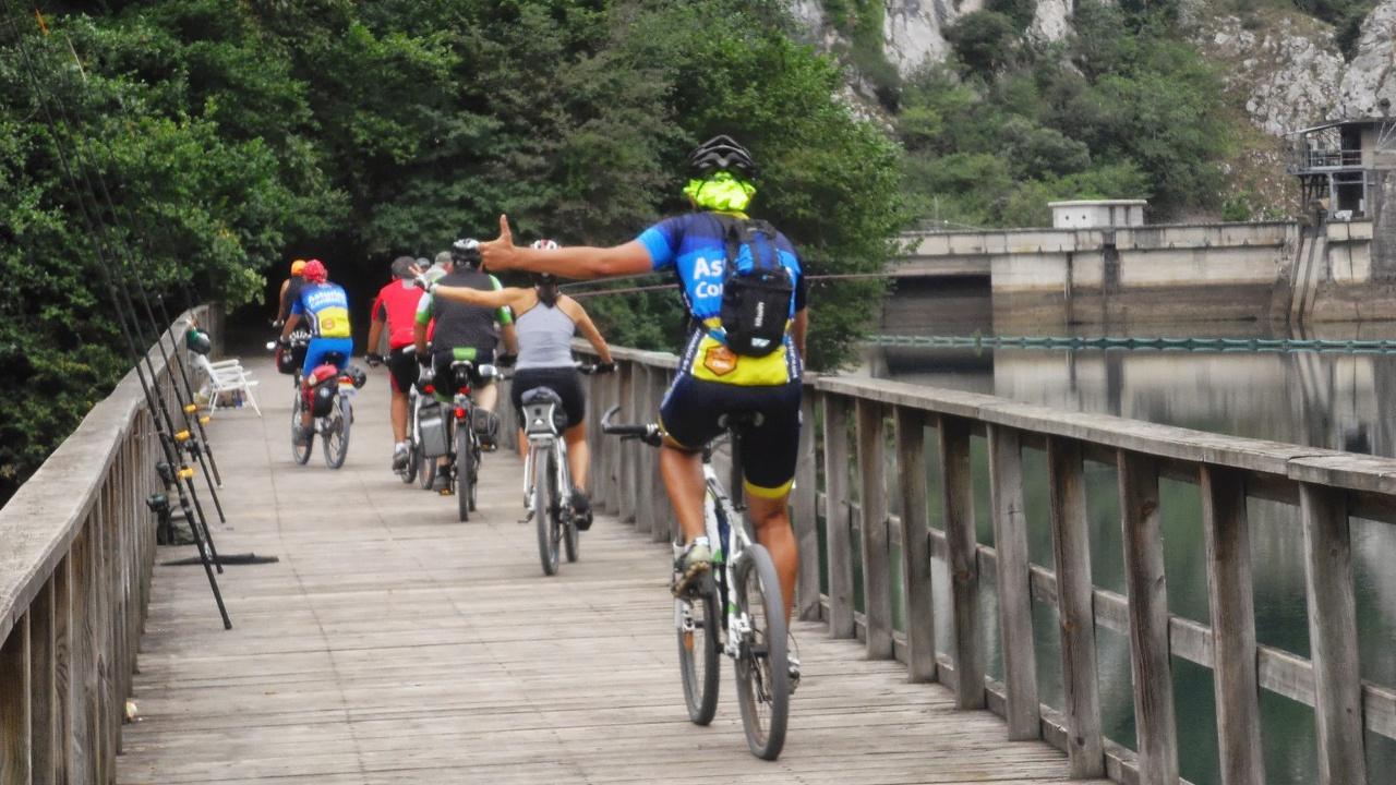 Cicloturistas en la pasarela del embalse de Valdemurio
