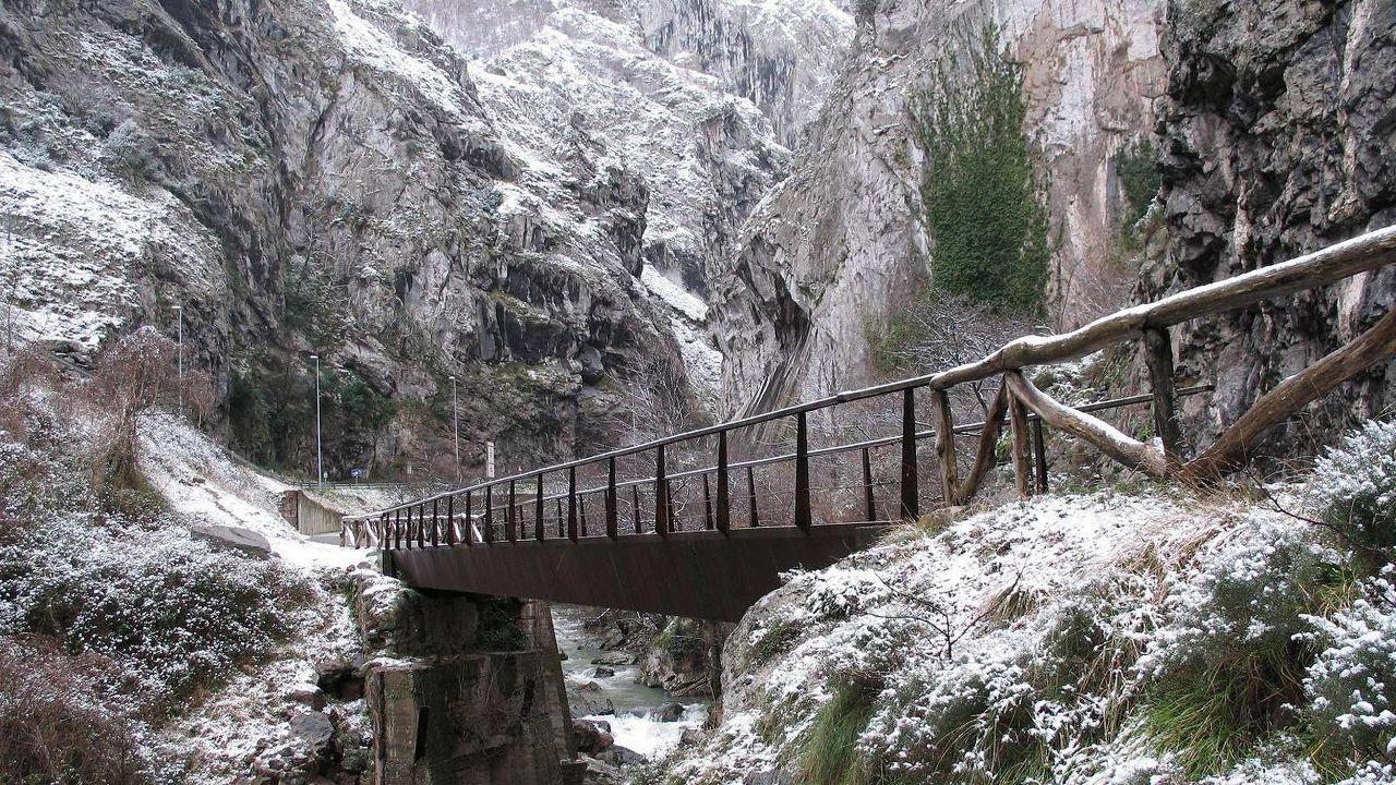 Invierno en la Senda del Oso a su paso por Valdecerezales