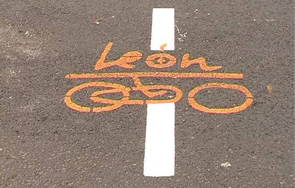 leon en bici
